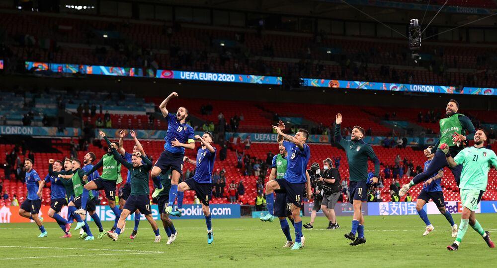 EURO 2020 Avrupa Şampiyonası son 16 Turu'nda İtalya, Avusturya'yı uzatmalarda bulduğu gollerle 2-1 mağlup ederek çeyrek finale yükseldi.