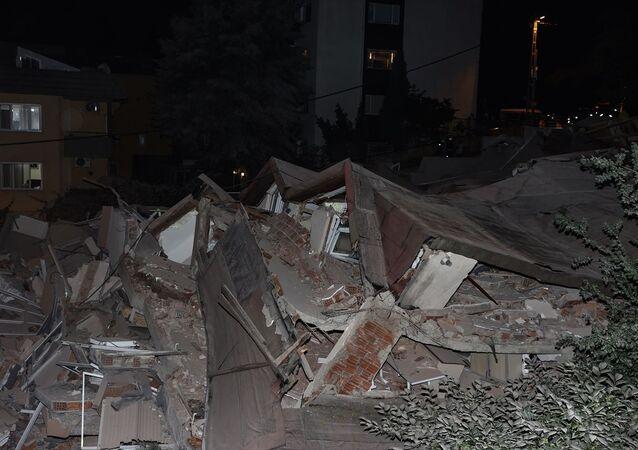 Sarıyer'de 11 katlı boş binanın çökmesi sonucu civarda park halindeki 3 otomobilde hasar oluştu.