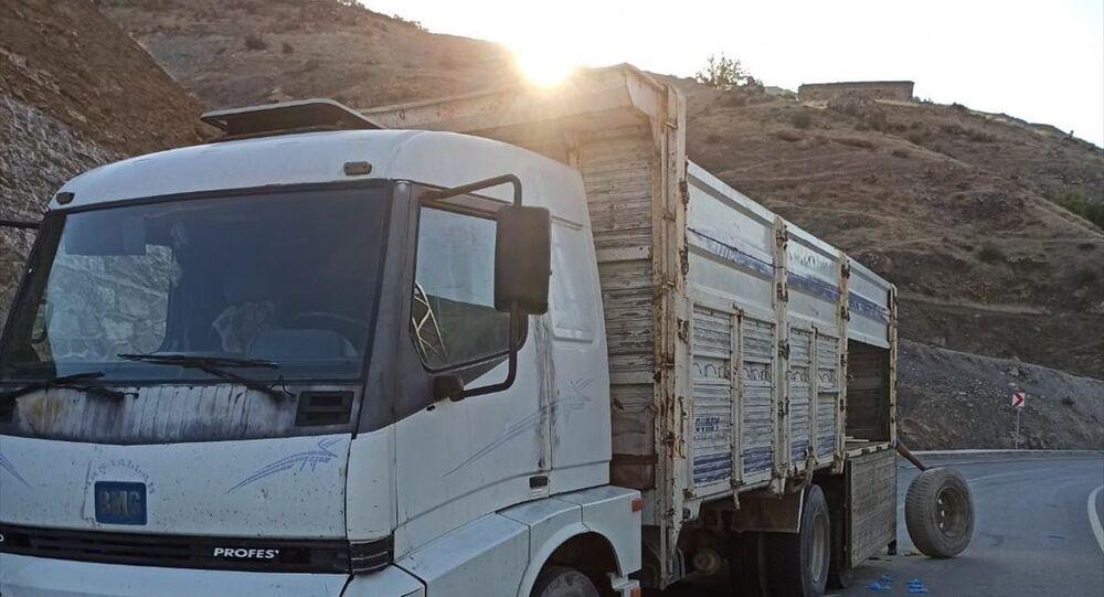 Siirt Valiliği, Pervari ilçesinde düzensiz göçmenlerin bulunduğu kamyondan açılan ateşe karşılık verilmesi sonucu göçmenlerden 2'sinin öldüğünü, 12'sinin yaralandığını bildirdi.
