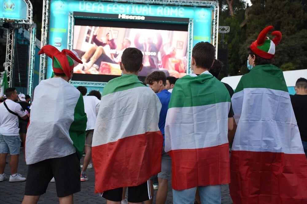 Başkentin işlek meydanlarından Popolo'da oluşturulan taraftar alanında toplanan binlerce İtalyan, İtalya-Avusturya maçını dev ekrandan takip etti.