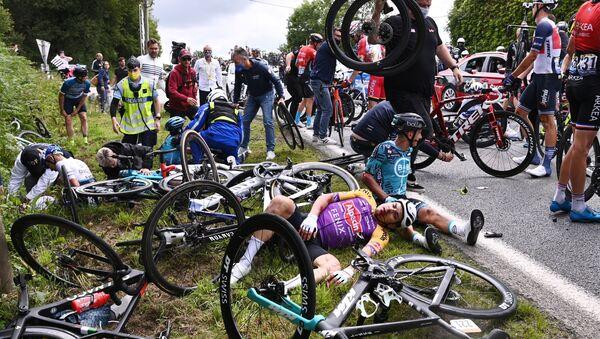 2021 Fransa Turu'nun ilk etabında kaza yapan bisikletçiler - Sputnik Türkiye