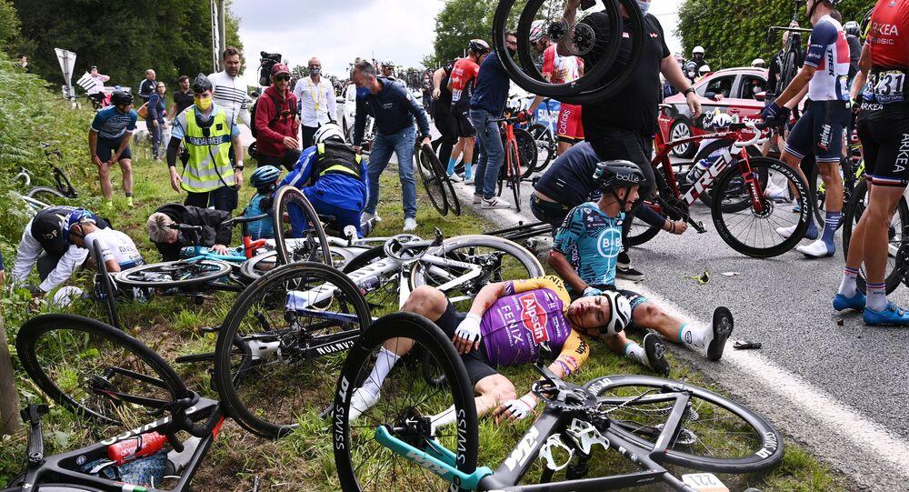 2021 Fransa Turu'nun ilk etabında kaza yapan bisikletçiler