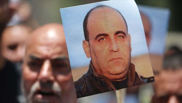 Filistin güvenlik güçleri tarafından gözaltına alınmasından kısa bir süre sonra hayatını kaybeden Filistinli muhalif aktivist Nizar Benat - Sputnik Türkiye