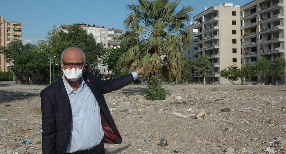 Yıkımı yapılan binalardaki inşaat malzemelerinde kanserojen etkisi olan asbest mineralinin bulunduğunu belirten Ensari, Maskeli olmak İzmir halkına pandeminin desteğidir. En azından bu yolla zararlı partikülleri solumamış olurlar. Pandemi bitse de İzmirliler maskesini çıkarmamalı diye konuştu.