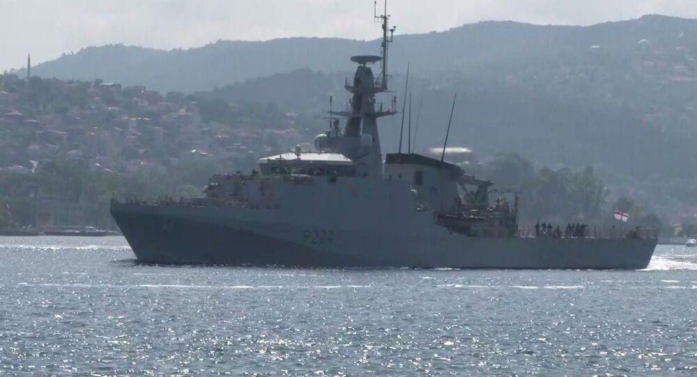 İngiliz savaş gemisi HMS Trent İstanbul Boğazı