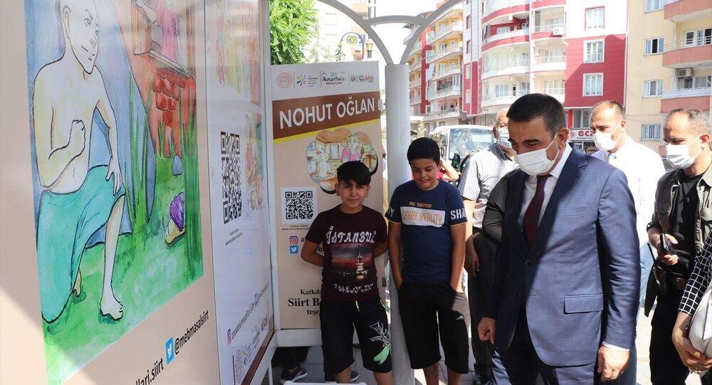 Siirt'te 'Masal Durakları Projesi': Otobüs bekleyen çocuklar karekodla masal dinleyebilecek