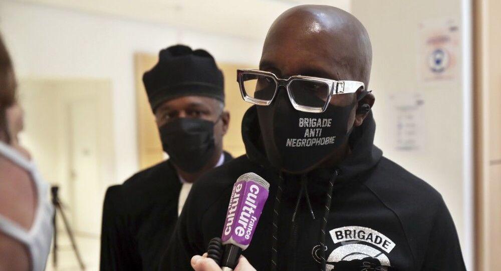 Fransa'da sömürgecinin heykelini boyamaktan yargılanan aktiviste para cezası