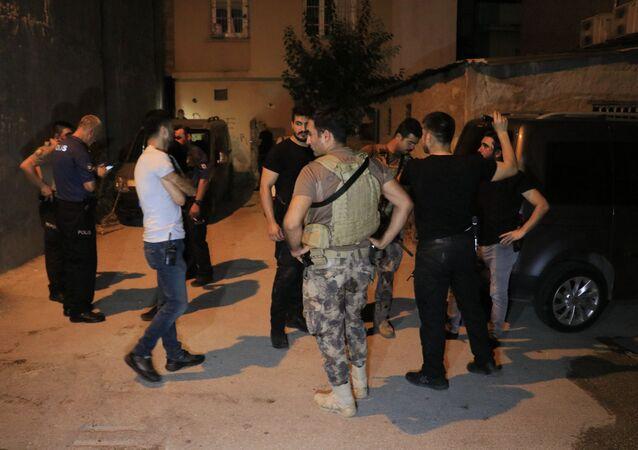 Kalaşnikof, tabanca ve pompalı tüfekle etrafa ateş açan şüpheliler kovalama sonucu yakalandı