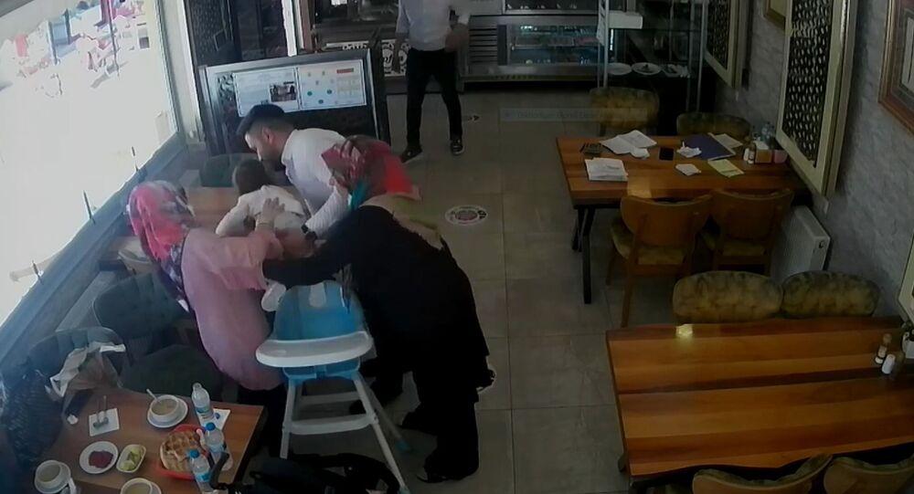 Aksaray'da lokanta sahibinin boğazına ekmek takılan 2 yaşındaki çocuğu kurtarması