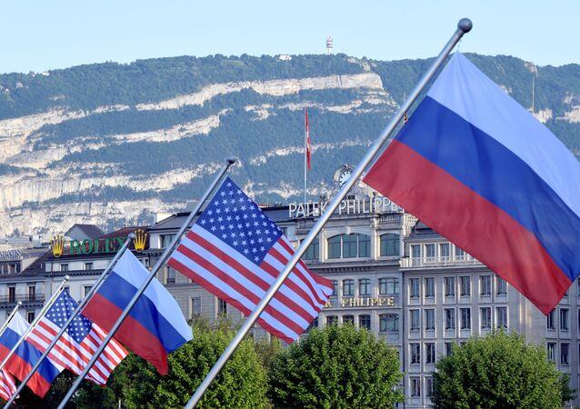 ABD ve Rusya bayraklarıyla süslenmiş Mont-Blanc köprüsü - İsviçre'nin Cenevre kenti
