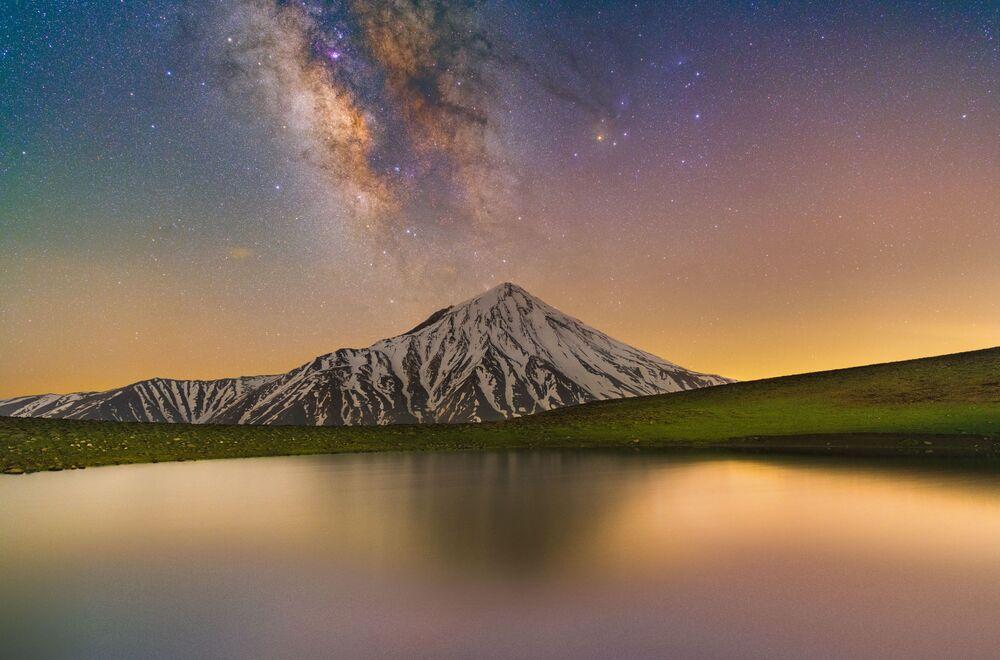 Yarışmanın kısa listesine giren finalistlerden İranlı fotoğrafçı Masoud Ghadiri'nin fotoğrafında Tahran'ın kuzeydoğusunda bulunan Damavand Dağı görüntülendi