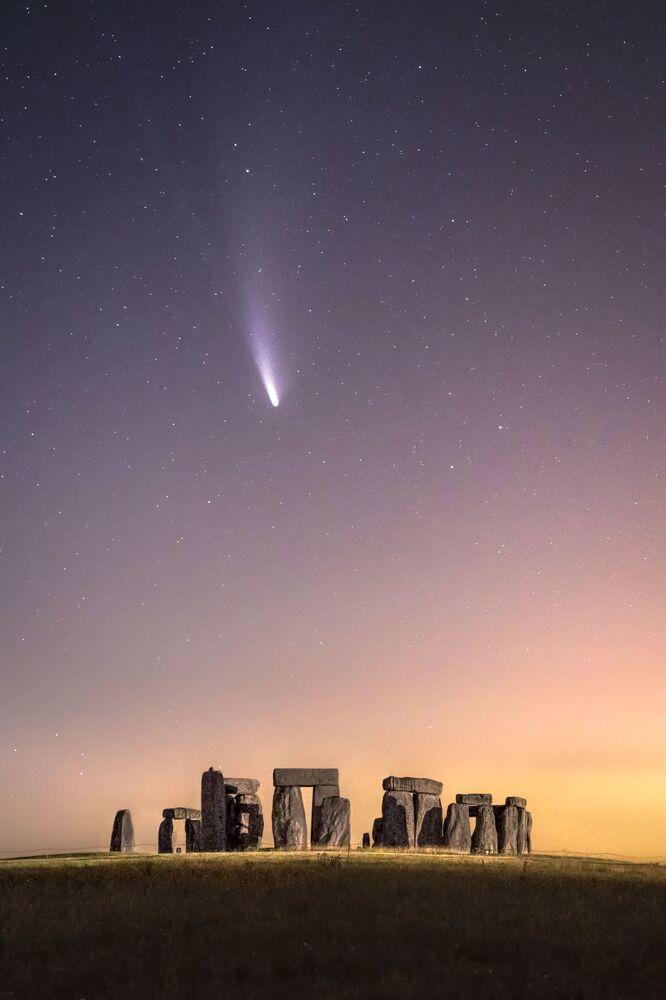Yılın Astronomi Fotoğrafçısı 2021 Yarışmasının kısa listesine girenlerden İngiliz fotoğrafçı James Rushforth'un kuyruklu yıldız görüntüsü İngiltere'deki meşhur Stonehenge'de çekildi