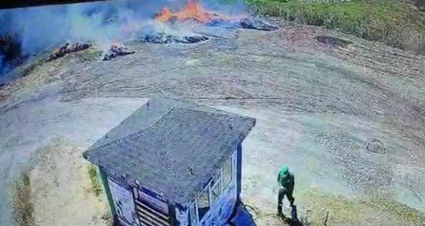 Bursa'da Hikmet Şahin Kent Hali'nin yanındaki ormanlık alanda çıkan yangına, halde temizlik işçisi olarak çalışan bir kişinin, biriken samanları yakmak isterken sebep olduğu ortaya çıktı.
