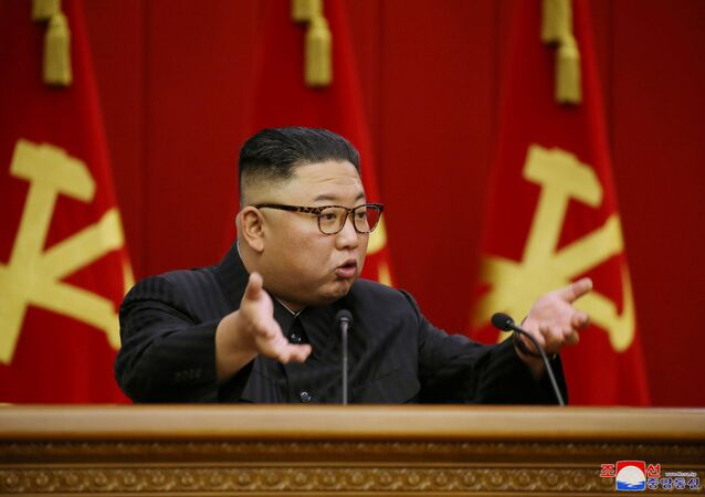 Kore Demokratik Halk Cumhuriyeti İşçi Partisi'nin 8. Merkez Komitesi toplantısında konuşan Kuzey Kore lideri  Kim Jong-un (18 Haziran 2021)