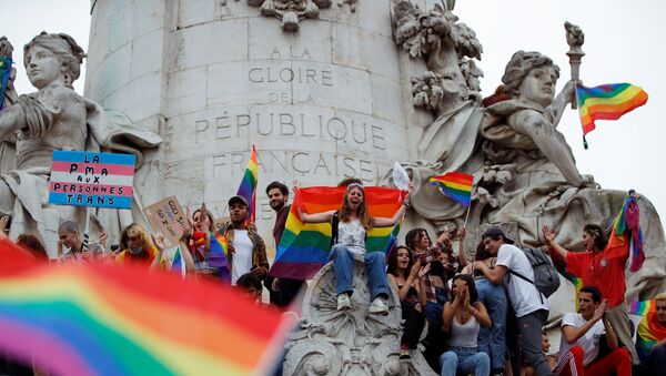 Fransız başkenti Paris'teki Cumhuriyet Meydanı'nda LGBT Onur Yürüyüşü'nden bir sahne (26 Haziran 2021) - Sputnik Türkiye
