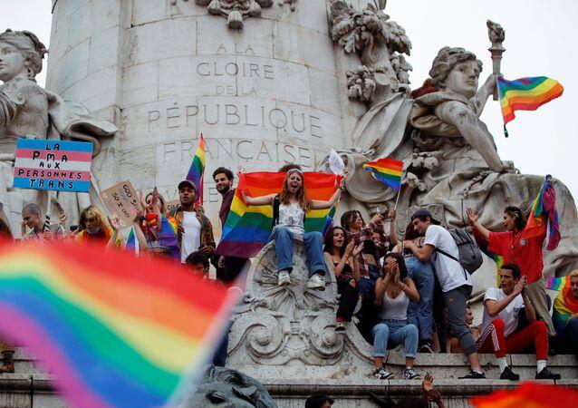 Fransız başkenti Paris'teki Cumhuriyet Meydanı'nda LGBT Onur Yürüyüşü'nden bir sahne (26 Haziran 2021)