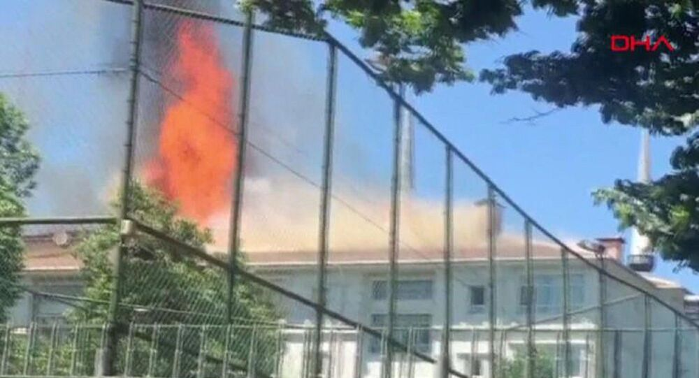 İstanbul Bağcılar'da okul çatısında yangın