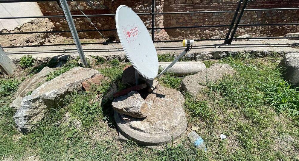 UNESCO'nun geçici miras listesinde bulunan 2 bin yıllık sütunun üzerine çanak anten