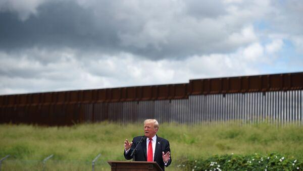 Eski ABD Başkanı Donald Trump Teksas'ta, Teksas valisi Greg Abbott ile Rio Grande'de ile inşaatı yarım kalmış olan sınır duvarı önünde konuştu. - Sputnik Türkiye