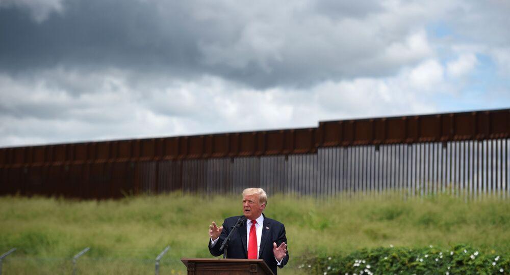 Eski ABD Başkanı Donald Trump Teksas'ta, Teksas valisi Greg Abbott ile Rio Grande'de ile inşaatı yarım kalmış olan sınır duvarı önünde konuştu.