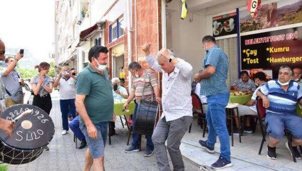 Oyun yasağının kalkmasını kahvehanesinde zeybek oynayarak kutlayan işletmeci - Sputnik Türkiye