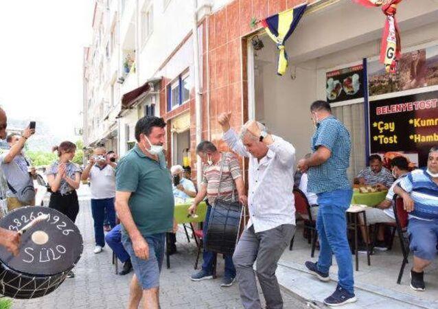 Oyun yasağının kalkmasını kahvehanesinde zeybek oynayarak kutlayan işletmeci