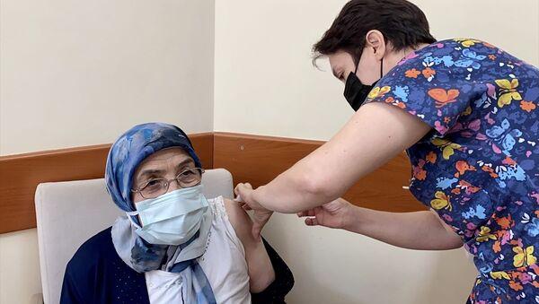 aşı olan 65 yaş üstü kadın - Sputnik Türkiye