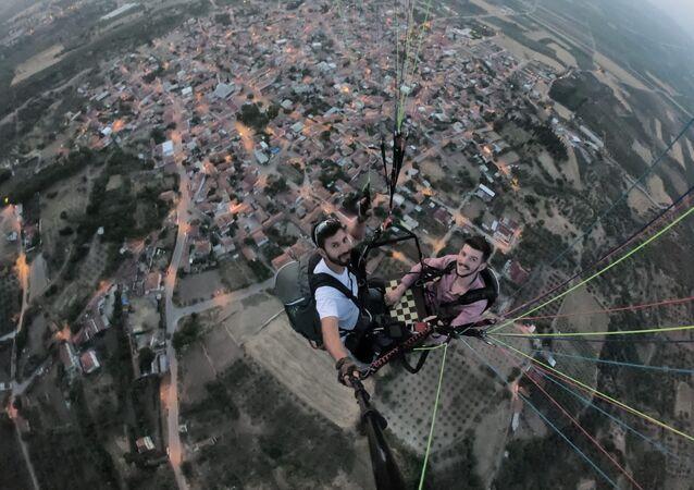 havada tavla oynayan iki yamaç paraşütü pilotu