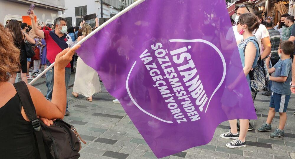 İstanbul Sözleşmesi'nden Vazgeçmiyoruz diyen binlerce kadın polis ablukasına rağmen Taksim Tünel Meydanı'nda buluştu.