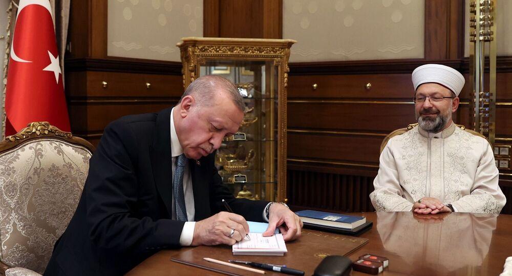 Diyanet İşleri Başkanı Erbaş, Cumhurbaşkanı Erdoğan'ın 2021 Yılı Vekâlet Yoluyla Kurban Kesim Programı'na kurban bağışında bulunduğunu duyurdu.