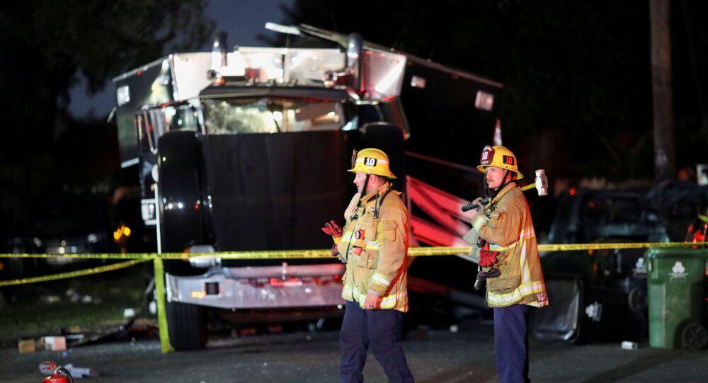 ABD'nin Los Angeles kentinde yasa dışı hava fişek depolanan bir eve yapılan baskın sırasında meydana gelen patlama sonucu 3'ü ağır 17 kişinin yaralandığı belirtildi.