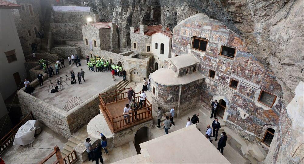 Türkiye'nin önemli inanç turizmi merkezlerinden Sümela Manastırı, 5 yıldan uzun süren restorasyon çalışmalarının ardından Kültür ve Turizm Bakanı Mehmet Nuri Ersoy'un katılımıyla yeniden ziyarete açıldı.
