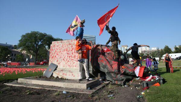 Kanada Günü'nde Manitobaeyalet parlamentosu önünde devrilen Kraliçe Victoria heykeli - Sputnik Türkiye