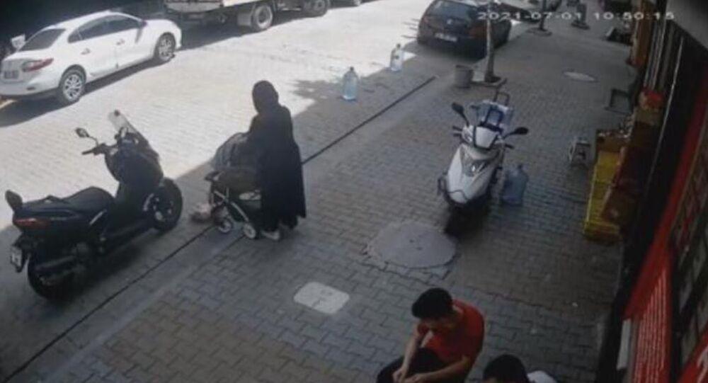 İstanbul'da bebeğini arabasından düşürüp fark etmeyen anne