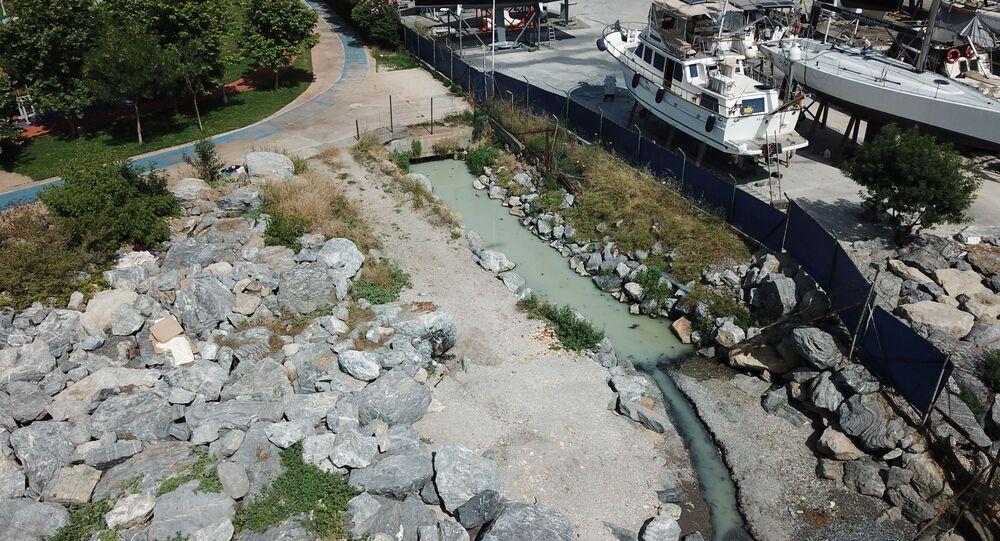 Kadıköy Fenerbahçe'de bulunan Kalamış Atatürk Parkı'nın yanındaki dereden denize akan renkli su