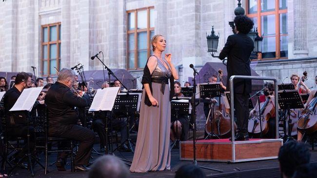 Konser programında yer alan Tenor Efe Kışlalı ise, sesindeki rahatsızlık nedeniyle sahneye çıkamadığı konserde, İstanbul Devlet Opera ve Balesi Müdürü Suat Arıkan'ın daveti ile Devlet Opera ve Balesi Genel Müdürü Murat Karahan, sahneye çıktı ve 'Manon Lescaut' operasından bir aryayı seslendirerek seyircilerden büyük beğeni aldı.