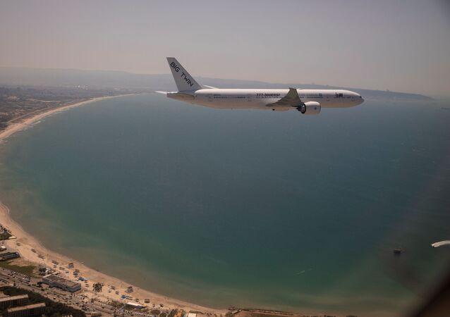Bir Boeing 777 kargo uçağı İsrail'in Hayfa kenti üzerinde uçarken