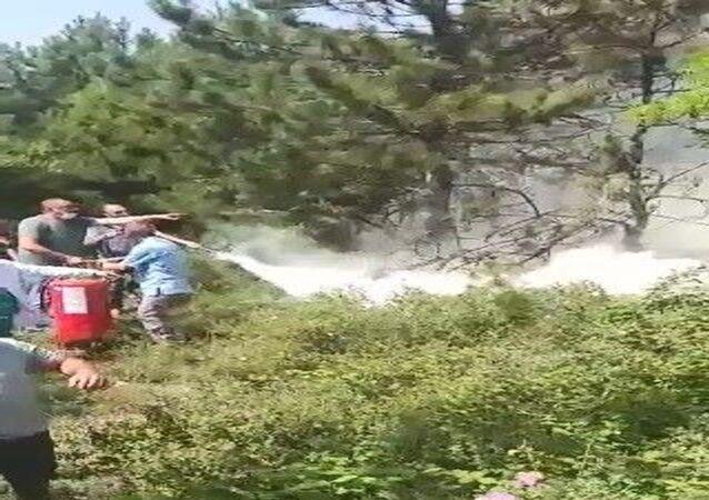 Kocaeli'nin Dilovası ilçesinde ormanlık alanda çıkan yangın, hastanede görev yaparken durumu fark eden sağlık çalışanlarının müdahalesiyle söndürüldü.