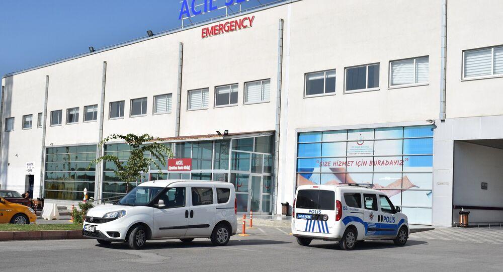 Malatya'da bir tekstil fabrikasında öğle yemeği yedikten sonra fenalaşan 55 işçi, zehirlenme şüphesiyle hastaneye kaldırıldı. Tedavileri devam eden işçilerinin hayati tehlikelerinin bulunmadığı bildirildi.