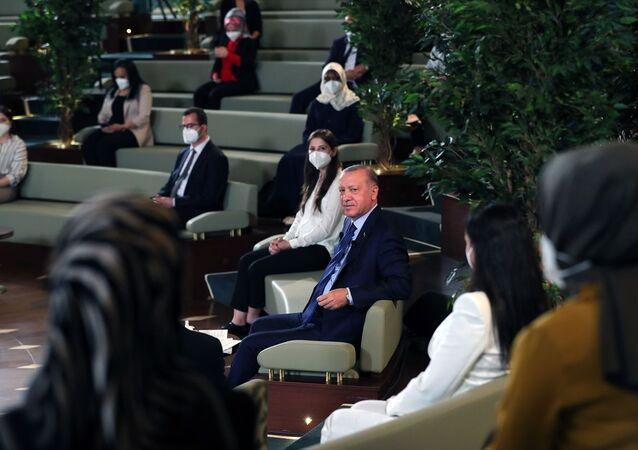 Cumhurbaşkanı Recep Tayyip Erdoğan, Kütüphane Söyleşileri'nin üçüncüsünde Millet Kütüphanesi'nde doktora öğrencileriyle bir araya geldi.