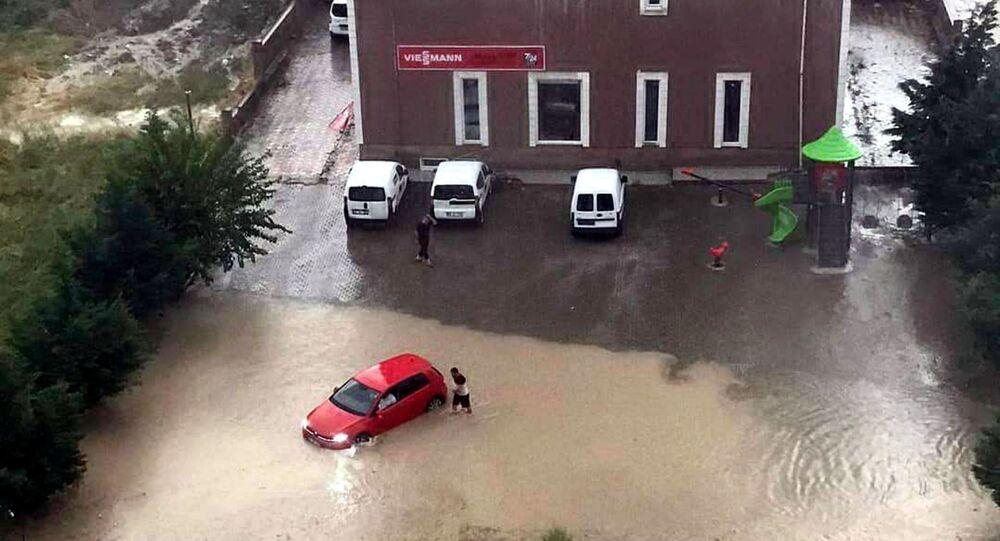 Edirne'de saat 19.30 sıralarında aniden bastıran sağanak, günlük yaşamıolumsuz etkiledi. Hava sıcaklığının 33 derece olduğu kentte, şiddetli rüzgarın ardından gelen dolu yağışı ve sağanak kısa sürede etkili oldu. Fırtına ağaçları devirip, bazı elektrik tellerini kopardı.