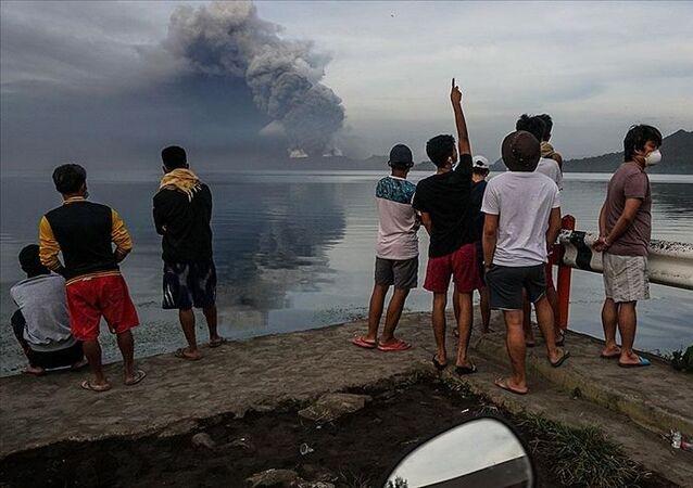 Filipinler'in başkenti Manila'nın güneyinde yer alan Taal Yanardağı'nda hareketlenmeler başladı. Yanardağın patlayacağı gerekçesiyle bölge sakinleri tahliye edilmeye başlandı.