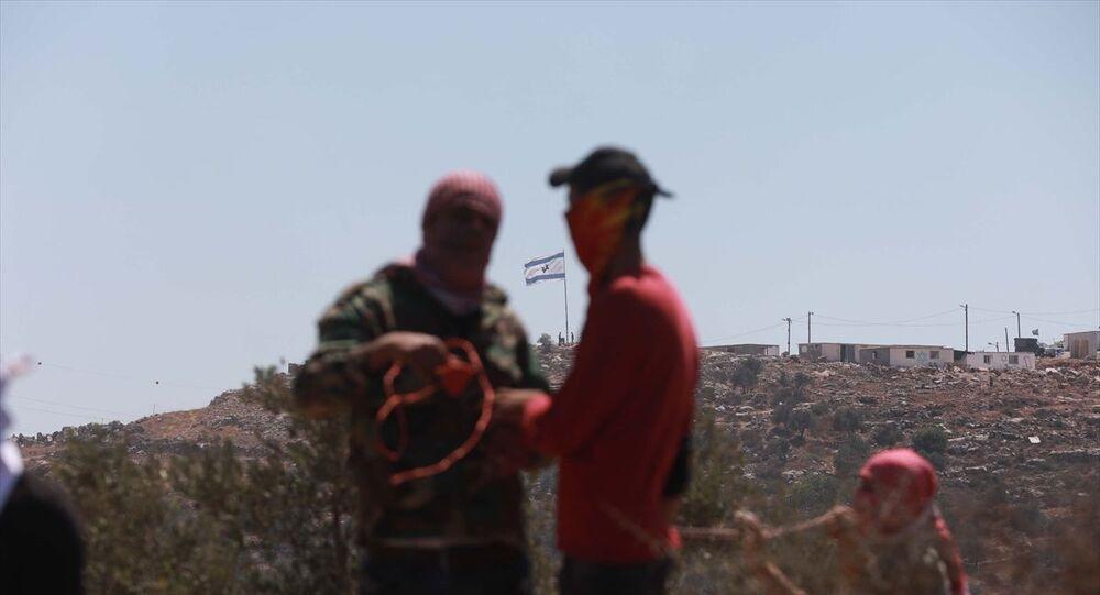 Batı Şeria'nın Nablus kentine bağlı Beyta beldesinde toplanan bir grup Filistinli, yasa dışı Yahudi yerleşim birimleri karşıtı gösteri düzenledi. İsrail güçlerinin göstericilere müdahale etmesi üzerine Filistinliler, bölgede taş atarak karşılık verdi.