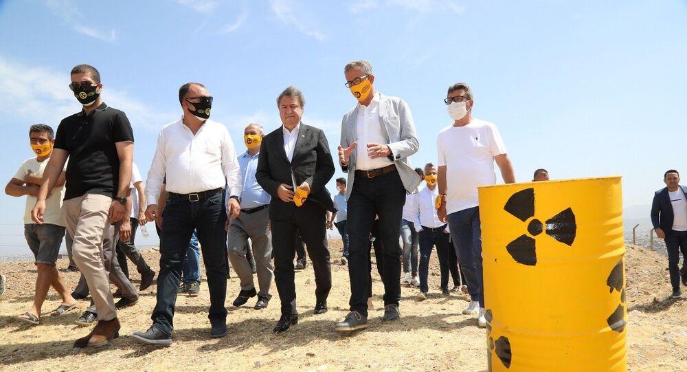 """İzmir'in Gaziemir ilçesi Emrez Mahallesi'nde, nükleer atıkların temizlenmesi için duran adam eyleminin altıncısını yapan Gaziemir Belediye Başkanı Halil Arda, """"İsteğimiz son derece masum. Buradaki nükleer atıkların temizlenmesini istiyoruz"""" dedi."""