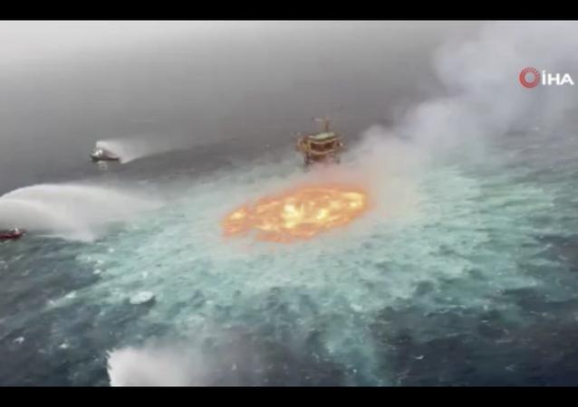 Meksika'da devlet petrol şirketine ait denizin 78 metre derinliğindeki bir sualtı boru hattında sabahın erken saatlerinde meydana gelen patlama nedeniyle yangın çıktı.