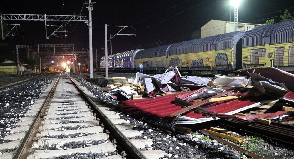 Edirne'de şiddetli fırtına sebebiyle tren garında bulunan elektrifikasyon direkleri vagonların üstüne devrildi.