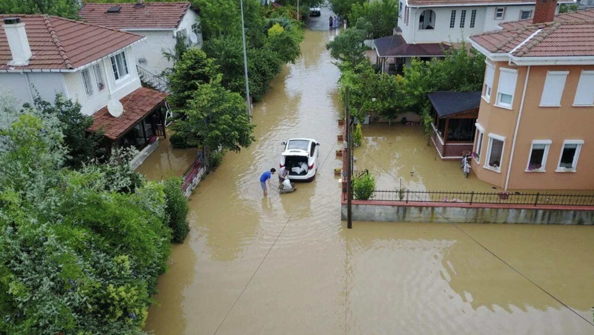 İstanbul'da sağanak yağış: Evler su altında kaldı - Sputnik Türkiye, 1920, 03.07.2021
