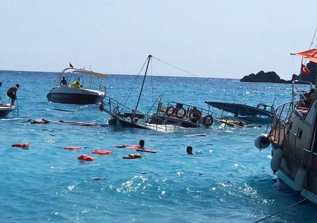Muğla'nın Fethiye ilçesinde, içinde 3'ü mürettebat 38 kişinin bulunduğu günübirlik bir tur teknesi battı. Teknedeki yolculardan 1'i çocuk 3 kişinin yaralandığı öğrenildi.