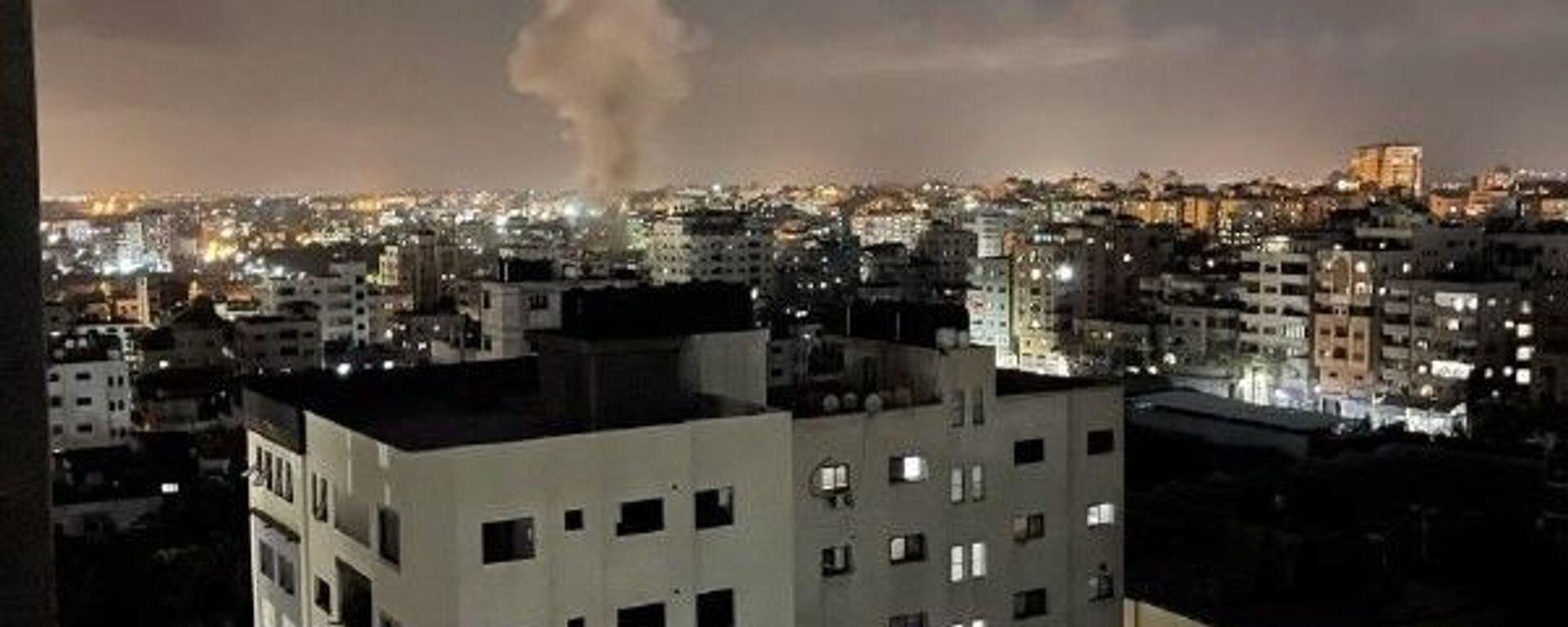 İsrail savaş uçakları, Gazze Şeridi'nin farklı bölgelerine hava saldırısı düzenledi. - Sputnik Türkiye, 1920, 12.09.2021