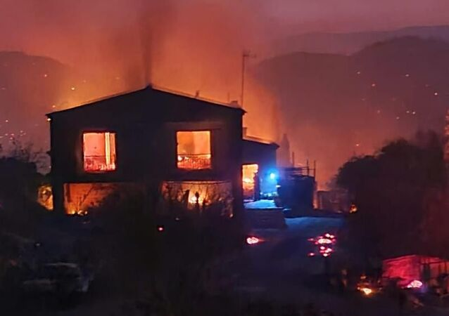 Güney Kıbrıs, öğle saatlerinde çıkan ve kısa sürede geniş alana yayılan yangın nedeniyle ülke genelinde acil durum ilan ederken, yangını söndürme çalışmalarında 1 çiftçi hayatını kaybetti.